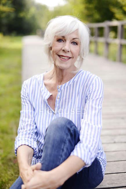Портрет улыбаясь белый волосатая женщина старший — стоковое фото