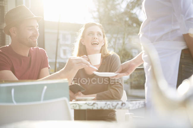 Man paying with credit card in a pavement cafe — Stock Photo