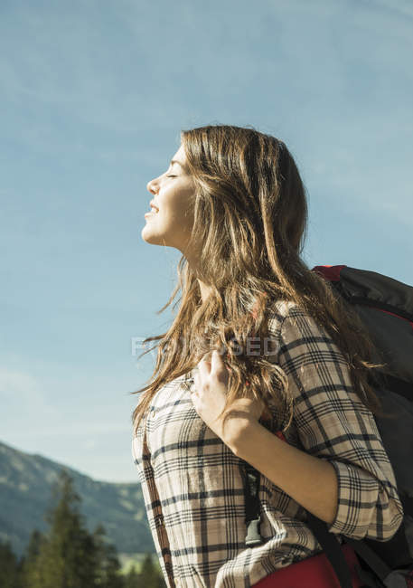 Woman on hiking trip enjoying sunshine — Stock Photo