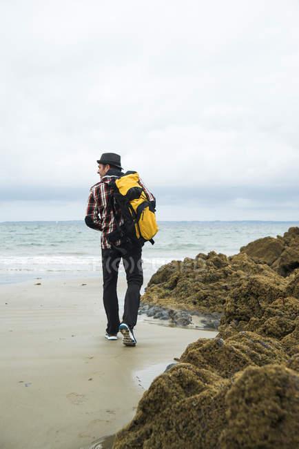 Francia, Bretagne, Camaret sur Mer, Senderismo de hombre maduro en la costa atlánica - foto de stock