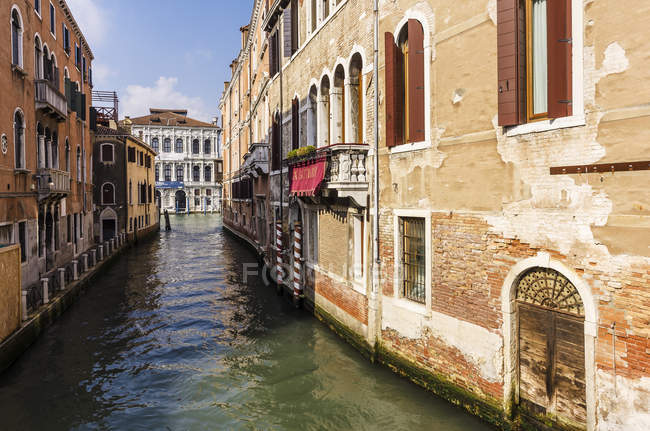 Італія, Венето, Венеція, Каннарегіо, Веслувати будинків по каналу — стокове фото
