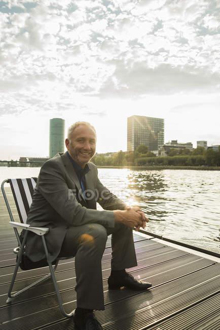 Allemagne, Francfort, homme d'affaires détendu à la rivière Main — Photo de stock