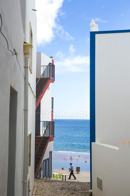 Portugal, Algarve, Salema, Alleyway and houses, View to the sea during daytime — Stock Photo
