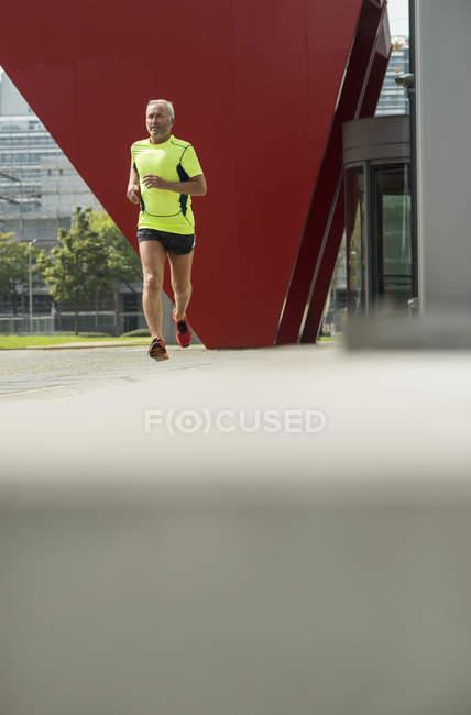 Homme mûr jogging avant son travail — Photo de stock