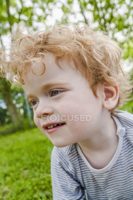 Портрет улыбающегося мальчика — стоковое фото