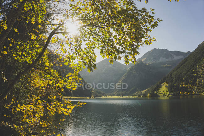 Áustria, Tirol, Tannheimer Tal, lago de montanha — Fotografia de Stock
