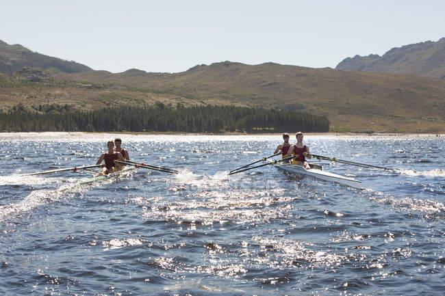 Две лодки с двойным черепом в воде — стоковое фото