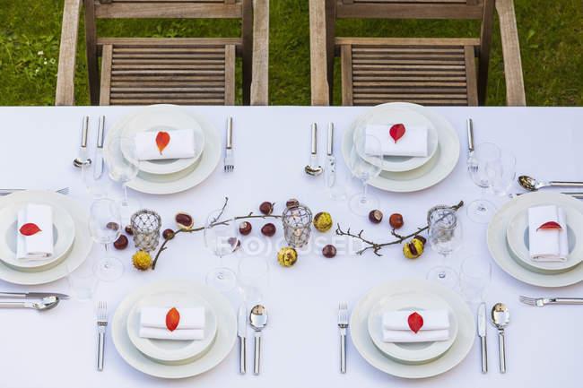 Осенний накрытый стол в саду — стоковое фото