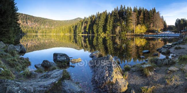 Allemagne, Bavière, Parc National de forêt bavaroise, lac Grosser Abersee en automne — Photo de stock