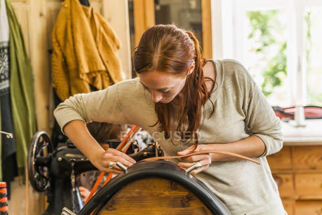 Женщина, склеивания радио воротник, используя седло стойку — стоковое фото