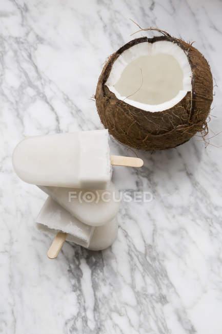 Свежего кокоса и кокосовое фруктовое мороженое на мраморе — стоковое фото
