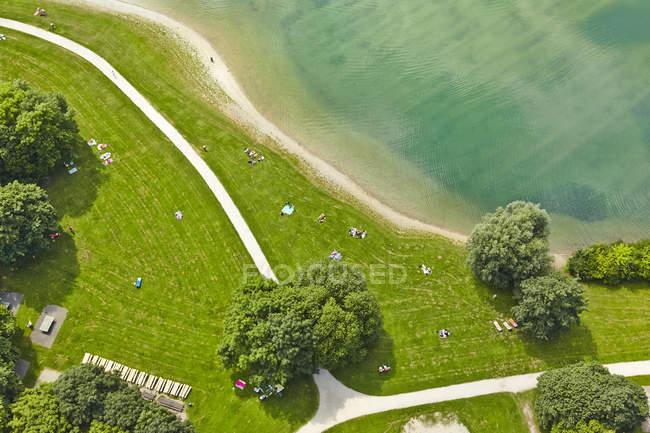 Germania, Baviera, Feldkirchen, veduta aerea delle persone in riva al lago — Foto stock