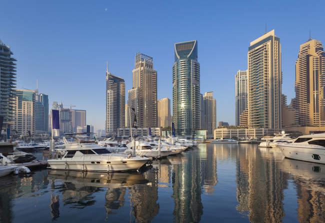 United Arab Emirates, Dubai, Dubai Marina, yacht harbour with skyscrapers — Stock Photo
