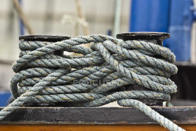 Судно мотузку зв'язали на тумб на причальні області — стокове фото