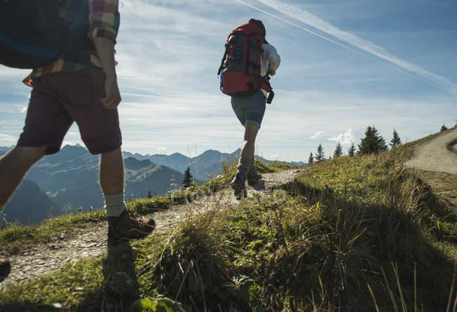 Autriche, Tyrol, Tannheimer Tal, jeune couple, randonnée sur le sentier de montagne — Photo de stock
