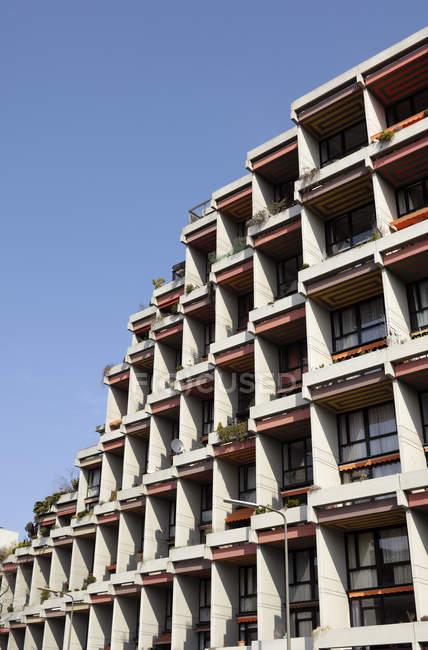 Alemania, Renania del Norte-Westfalia, Duesseldorf, parte de fachada de casa multifamiliar - foto de stock