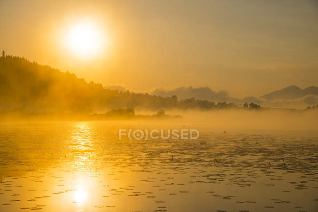 Germany, Bavaria, Fuessen, view to Hopfensee Lake at sunrise — Stock Photo