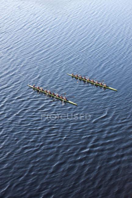 Підвищені перегляд двох гребний восьмий у воді — стокове фото