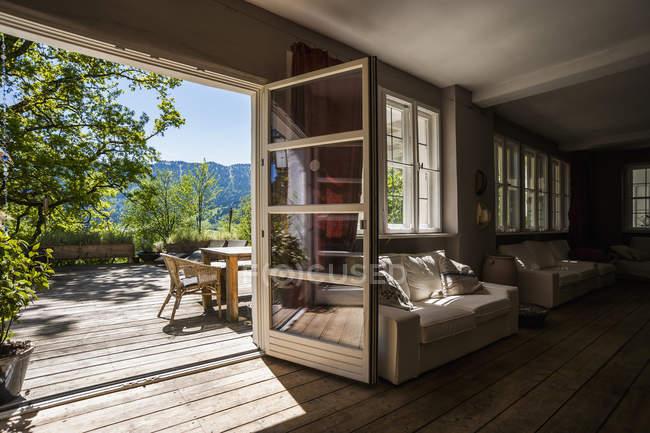 Geräumiges Wohnzimmer mit Blick auf die Terrasse — Stockfoto