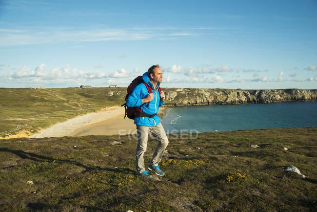 France, Bretagne, Camaret sur Mer, Homme mûr randonnée sur la côte Atlanique — Photo de stock