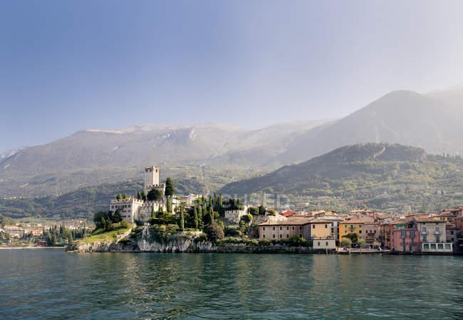 Italy, Veneto, Malcesine with Castello Scaligero on lake shore — Stock Photo