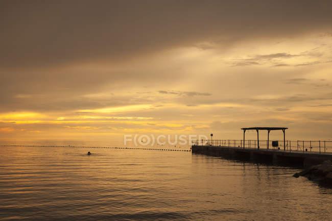Slovénie, Istrie, Littoral slovène, Adriatic coast, Izola, jetée au coucher du soleil — Photo de stock