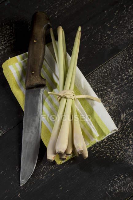 Багато свіжих Лимонник та ножем на рушник блюдо з темного дерева — стокове фото