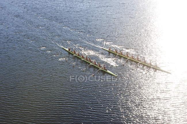 Возвышенный вид двух гребных восьмёрок в воде — стоковое фото