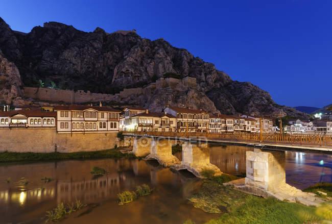 Турция, регион Черного моря, Амасья, Османской дома на реке Yesilirmak ночью — стоковое фото