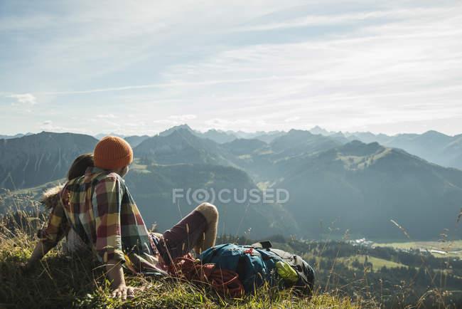 Austria, Tirolo, Tannheimer Tal, giovane coppia che si riposa in montagna — Foto stock