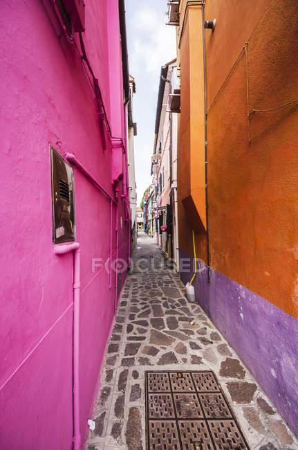 Maisons colorées et ruelle, Burano, Venise, Vénétie, Italie — Photo de stock