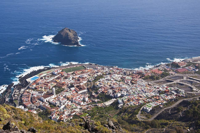 Espanha, Ilhas Canárias, Tenerife, Garachico, vista da cidade costeira contra água — Fotografia de Stock