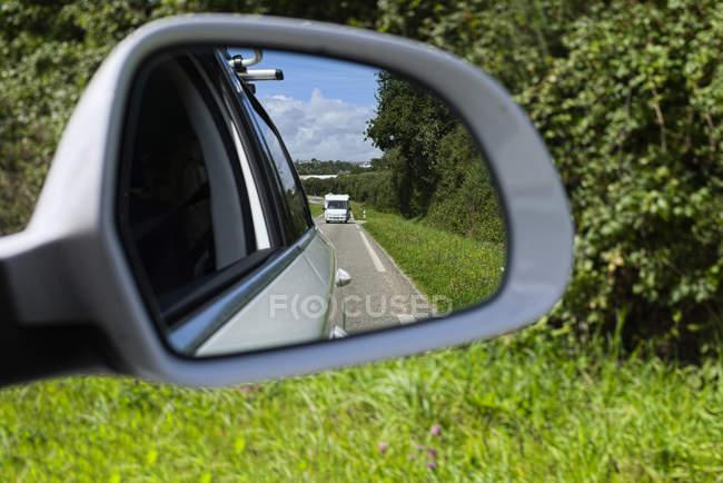 Francia, Bretaña, Departamento Finistere, Espejo de ala de un coche, Caravana - foto de stock