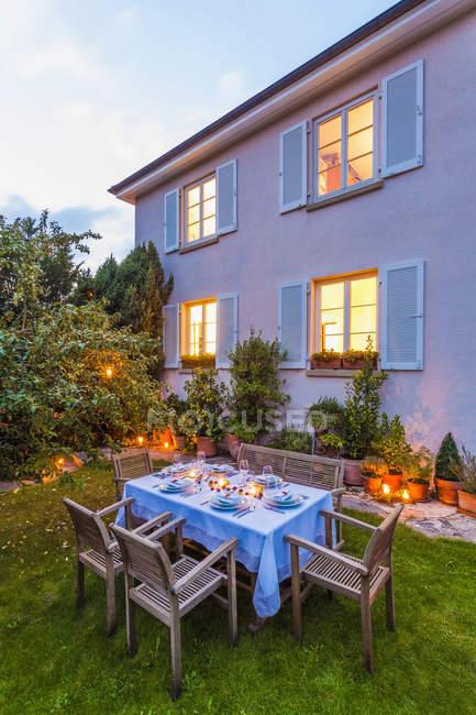 Autunnale tavola apparecchiata in giardino la sera — Foto stock