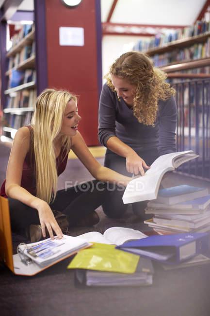 Две студентки учатся в библиотеке — стоковое фото
