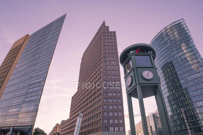 Germania, Berlino, Piazza Potsdam, grattacieli, replica del semaforo — Foto stock