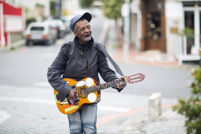 Straßenmusiker singt und spielt Gitarre — Stockfoto