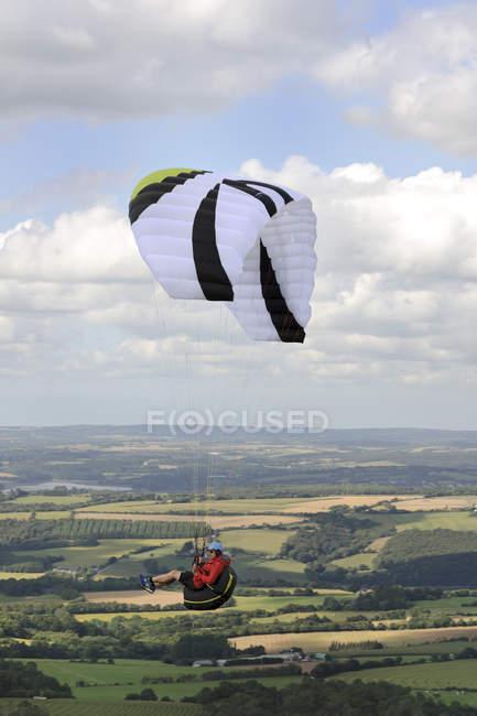 Francia, Bretagne, Finistere, parapente en el aire - foto de stock