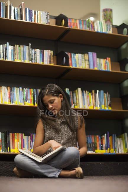 Teenager-Mädchen in einer Bibliothek Buch Erdgeschoss — Stockfoto
