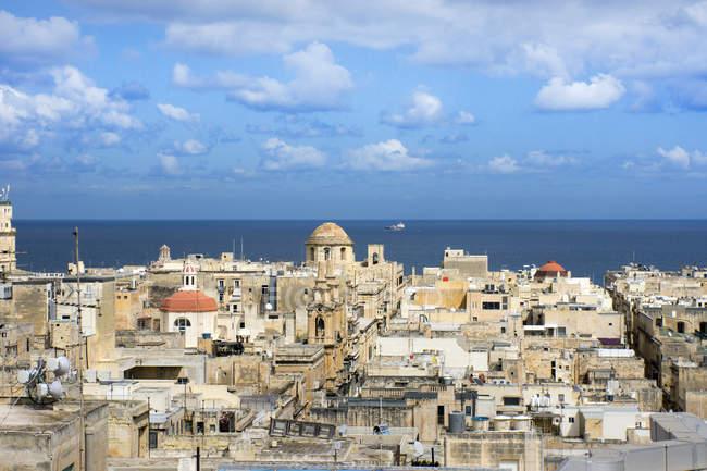 Malta, Valletta, Stadtbild und Mittelmeer im Hintergrund — Stockfoto