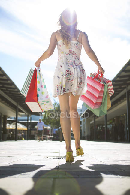Giovane donna in una shopping — Foto stock
