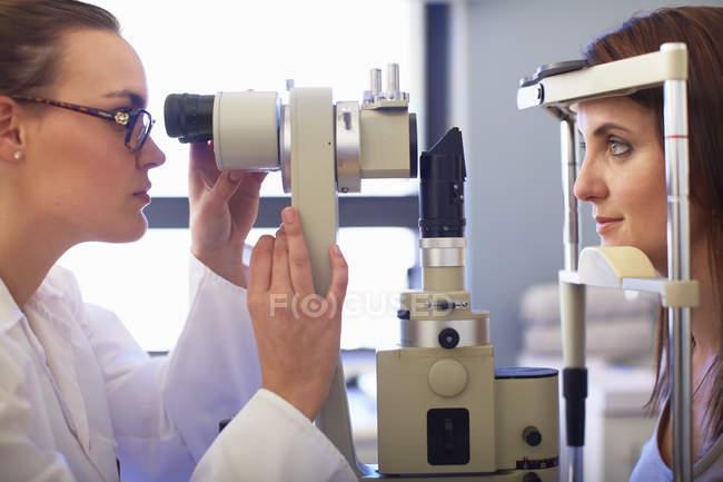 Окуляр осматривает зрение женщин — стоковое фото