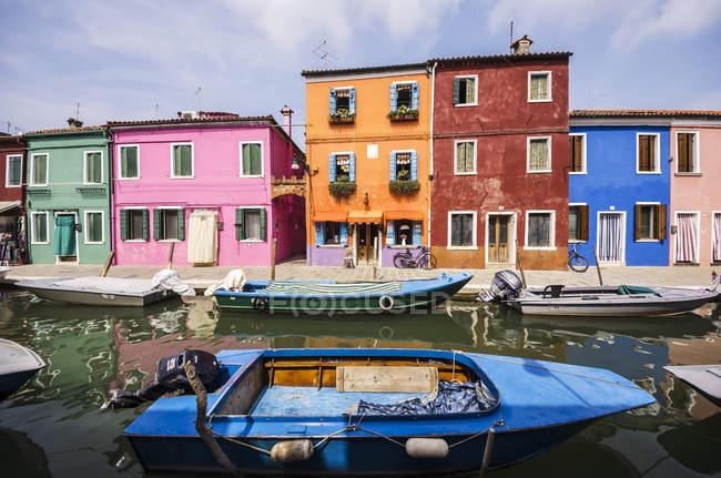 Italie, Vénétie, Venise, Burano, coloré abrite par le canal — Photo de stock