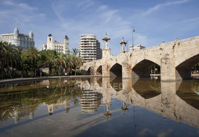 Espanha, Valência, Jardin del Turia, Puente del Mar e ponte velha — Fotografia de Stock
