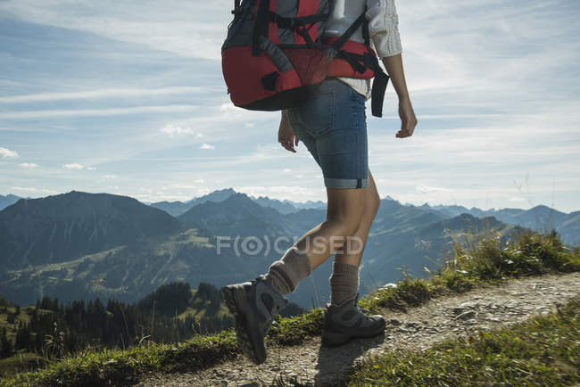 Woman hiking on mountain trail — Stock Photo