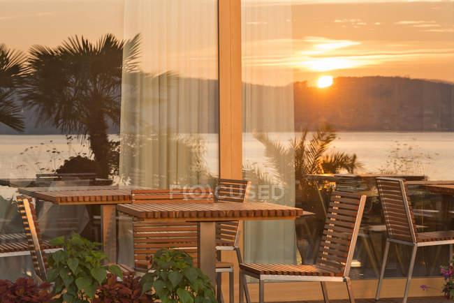 Німеччини, Баден-Вюртемберг, Боденське озеро, сонце, що відображають у ресторані вікно — стокове фото