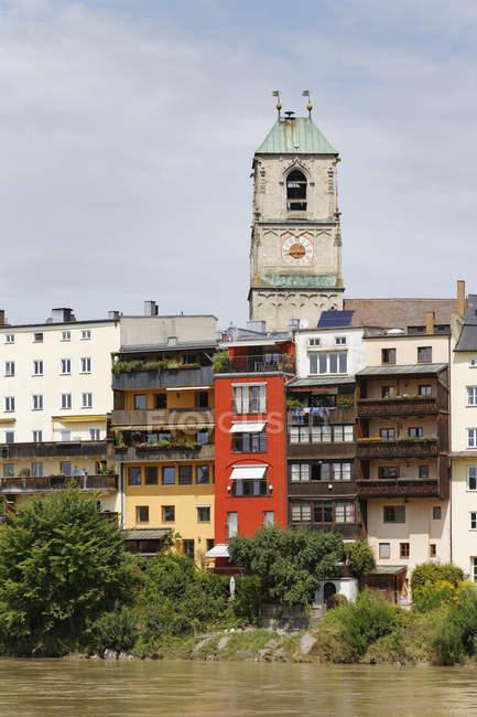 Germany, Bavaria, Upper Bavaria, Wasserburg am Inn, Old town with St Jakob Church at Inn river view — Stock Photo
