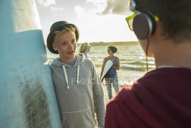Dois adolescentes comunicationg na praia — Fotografia de Stock