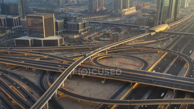 Объединенные Арабские Эмираты, Дубай, аэрофотоснимок шейха Зайда и метро — стоковое фото