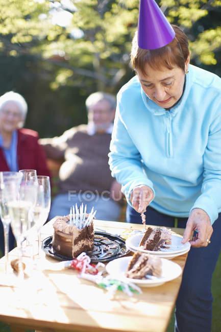 Старші жінки на день народження садові — стокове фото